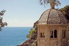 Italia, bahía del fruttuoso de San con la abadía vieja del siglo de X Foto de archivo libre de regalías