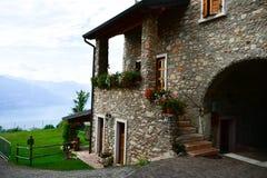 Italia Casa en San Zeno di Montagna ` Del balcón de Garda's del lago imagen de archivo