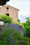 Italia Casa en San Zeno di Montagna ` Del balcón de Garda's del lago imagenes de archivo