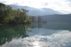 2016 Italia Castel Toblino en neblina de la mañana Imagen de archivo