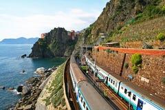 Italia. Cinque Terre. Tren Imágenes de archivo libres de regalías