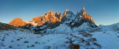 Italia, dolomías, montañas - paisaje maravilloso, sobre las nubes en el día hermoso en invierno con la primera nieve, Italia foto de archivo