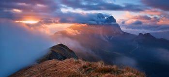 Italia, dolomías, montañas - paisaje maravilloso, sobre las nubes en el día hermoso en otoño, Italia Paisaje con la montaña alpin fotos de archivo