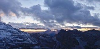 Italia, Dolomiti, puesta del sol que sorprende sobre las montañas foto de archivo