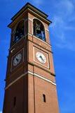 Italia el campanario viejo del reloj de la iglesia de la terraza de la pared Imagen de archivo