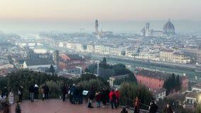 Italia, Florencia - 9 de enero de 2019: los turistas resuelven la puesta del sol en Piazzale Miguel Ángel Florencia Italia Timela almacen de video