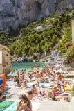 ITALIA, ISLA DE CAPRI - 6 DE AGOSTO DE 2016: Playa de Marina Piccola en el Ca Imágenes de archivo libres de regalías