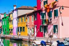 Italia, isla de Venecia Burano con las casas coloridas tradicionales Fotos de archivo libres de regalías