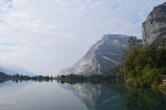 2016 Italia Lago di Toblino, en neblina de la mañana Imagen de archivo libre de regalías