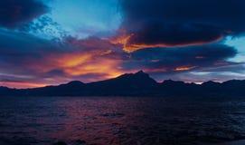 Italia, lago Garda - puesta del sol hermosa sobre las montañas a través del lago Imagen de archivo