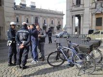 Italia, los policmen de la ciudad de Roma en la colina de Capito Fotografía de archivo