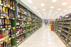 ITALIA, MILANO 11 DE MAYO DE 2016: Estantes en la tienda de Lidl Lidl es una cadena de supermercados global del descuento Imágenes de archivo libres de regalías