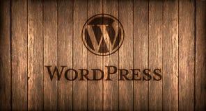 Italia, noviembre de 2016 - el logotipo de Wordpress imprimió en el fuego en una madera imagen de archivo