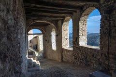 Italia, pórticos, fortaleza medieval, ciudad vieja, Imagen de archivo libre de regalías