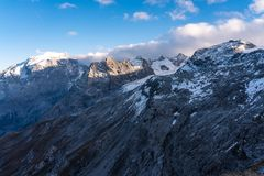 Italia, parque nacional de Stelvio Camino famoso a Stelvio Pass en las monta?as de Ortler imagen de archivo