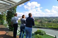 Italia, Piamonte, Langhe, turistas del vino en el ` de Cascina Monfalletto del ` fotos de archivo libres de regalías