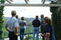 Italia, Piamonte, Langhe, turistas del vino en el ` de Cascina Monfalletto del ` foto de archivo libre de regalías