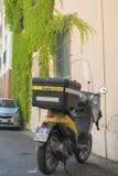 Italia, Pisa - 12 de agosto de 2013: El cartero de la vespa Imagen de archivo