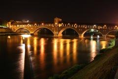 Italia - puente - noche Fotos de archivo