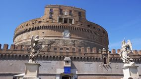 ITALIA, ROMA - CIRCA mayo de 2018: Vista del castillo medieval de Ángel del ` de Sant Turistas de la gente que dan une vuelta almacen de metraje de vídeo