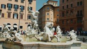 ITALIA, ROMA, junio de 2017: Fuente de Neptuno en la plaza Navona, Roma tiro del steadicam almacen de metraje de vídeo