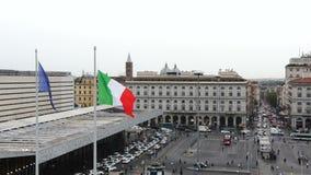 Italia, Roma La gente está caminando a lo largo de las calles, caminos es llena de conducir los coches Tiempo nublado almacen de video