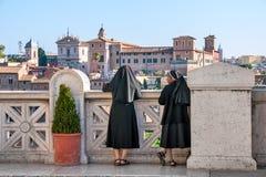 Italia, Roma, las monjas en la plataforma de observación en Capitol Hill Fotos de archivo libres de regalías