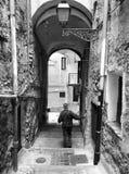 ITALIA, SANREMO - 6 de mayo de 2017 el viejo hombre va abajo de las escaleras Fotos de archivo