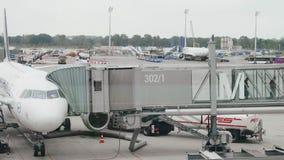 Italia, Sicilia - octubre de 2018 Los pasajeros dejan el avión en una escalera telescópica almacen de metraje de vídeo