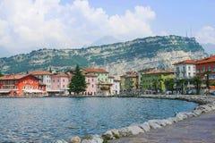 ITALIA, TORBOLE, LAGO GARDA, junio de 2018: Las casas en la orilla del lago Imágenes de archivo libres de regalías