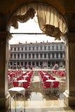 ITALIA, VENECIA - 7 de septiembre: El restaurante de la Plaza de San Marcos es rea Imagen de archivo libre de regalías