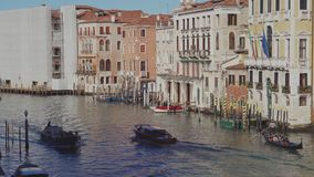 Italia, Venecia - febrero de 2019: La góndola y el vaporetto están flotando sobre Grand Canal metrajes