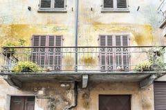 Italiaans balkon in Cuneo stock foto