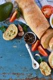 Italiaans ciabattabrood met boter, knoflook en tomaten op een ol Royalty-vrije Stock Afbeelding