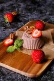 Italiaans dessert Cotta van chocoladepanna met munt en aardbei Stock Foto's