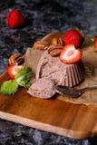 Italiaans dessert Cotta van chocoladepanna met munt en aardbei Stock Afbeelding