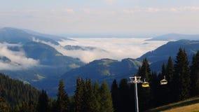 Italiaans Dolomiet, Alta Badia, Sud Tirol Tijdtijdspanne op de vallei door wolken in ochtendtijd die wordt behandeld stock video