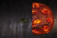Italiaans focacciabrood met tomaten en kruiden stock afbeeldingen