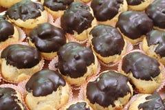 Italiaans gebakje - bignè met chocolade-2 stock afbeeldingen