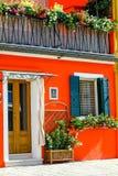 Italiaans huis met oranje voorzijde Stock Afbeeldingen