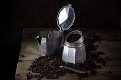 Italiaans koffiezetapparaat, grondkoffie en gehele koffiebonen op Stock Fotografie