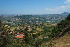 Italiaans landschap dichtbij de middeleeuwse vesting van Torriana, Italië royalty-vrije stock afbeeldingen