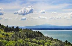 Italiaans landschap met meer en wolken Stock Afbeeldingen