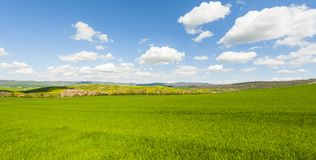 Italiaans landschap met weiden stock afbeeldingen