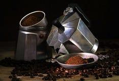 Italiaans losgeschroeft koffiezetapparaat, grondkoffie en gehele bonen Royalty-vrije Stock Foto's