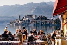 Italiaans restaurant op het meer stock fotografie