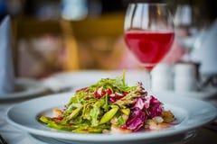 Italiaans restaurant Salade met garnalenfoto door ZVEREVA Stock Afbeeldingen