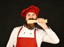 Italiaans restaurantconcept De mens of hipster met baard houdt macaroni stock afbeelding
