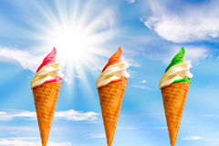 3 Italiaans roomijs, zon en blauwe hemel Stock Foto's