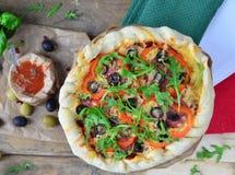 Italiaans salami-olijven pizzabovenste laagje Royalty-vrije Stock Fotografie